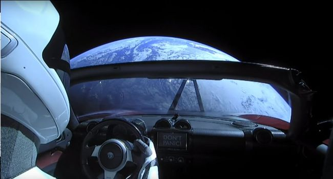 cabriolet rouge dans l'espace