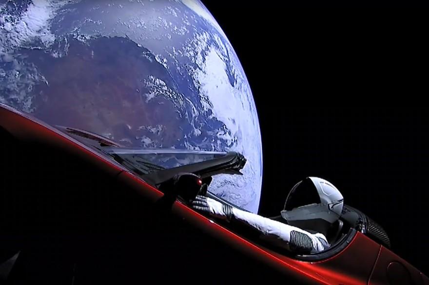 cabriolet tesla dans l'espace
